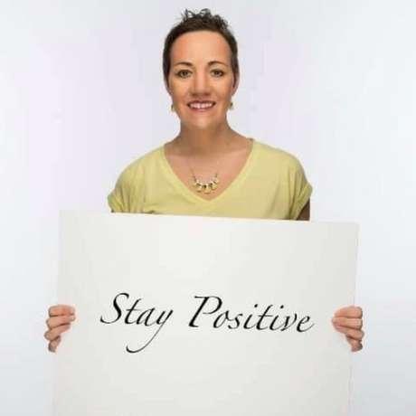 A mensagem de Suzanne é: 'Pense positivo', apesar dos problemas