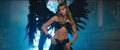 Miley Cyrus no clipe de 'Don't Call Me Angel'.