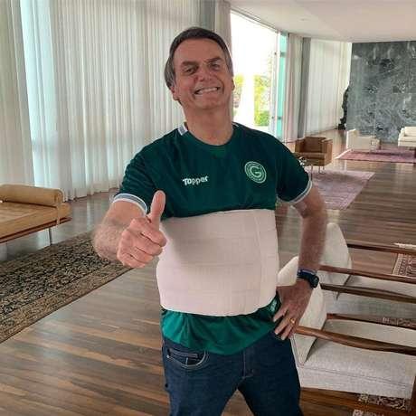 O presidente Jair Bolsonaro, com a camisa do time Goiás no Palácio do Alvorada