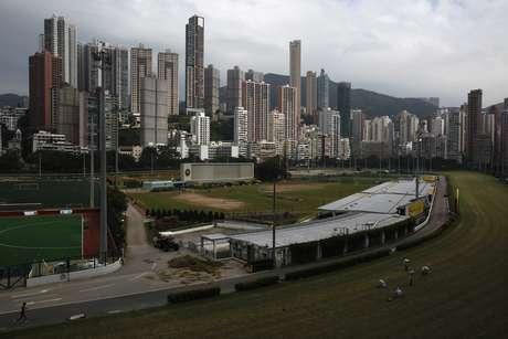 Prédios residenciais de luxo atrás de pista de corrida de cavalos Happy Valley, em Hong Kong 26/10/2012 REUTERS/Bobby Yip