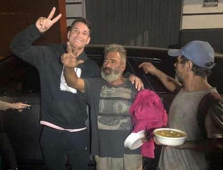 Desde de julho que Thiago Neves vem ajudando moradores de rua em BH-(Reprodução)