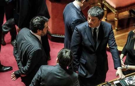 Salvini e Renzi conversam durante sessão no Senado