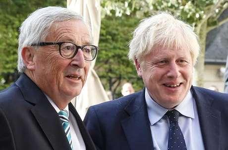 Boris Johnson (esquerda) com o presidente da Comissão Europeia, Jean-Claude Juncker