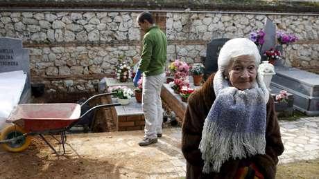 Ascensión esteve presente durante a exumação dos ossos de seu pai, em 2016, no cemitério de Guadalajara
