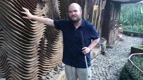 Tony Giles é completamente cego e também tem deficiência auditiva. Apesar das dificuldades, ele viajou sozinho para a maioria dos 130 países que conheceu.