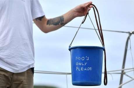 ... em que um balde azul de plástico servia de banheiro para os tripulantes