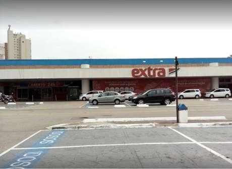 Seguranças de supermercado foram filmados espancando homem