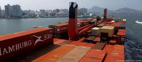Navio de transporte de contâiners se aproxima do porto de Santos, em abril de 2009