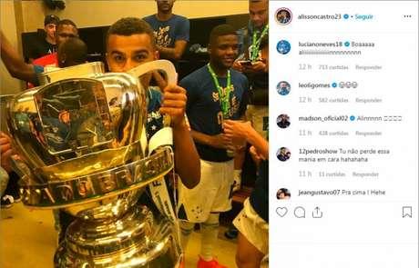 Alisson foi campeão da Copa do Brasil pelo Cruzeiro e relembrou conquista para ironizar a derrota do rival Internacional (Foto: Divulgação/Instagram)