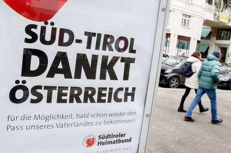 Pôster em Viena financiado por sul-tiroleses italianos agradece à Áustria por possibilidade de cidadania