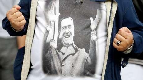 Em protesto recente contra Mauricio Macri, este eleitor usou uma camiseta com a imagem de Perón