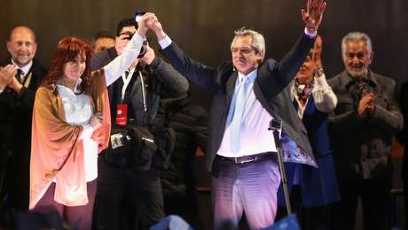 Cristina Kirchner costumava citar Evita mas evitar Perón; seu colega de chapa, Alberto Fernández (à dir), afirmou que peronismo é 'bígamo'