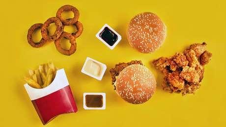 Alguns alimentos fritos, que contêm gorduras trans, podem aumentar os níveis de colesterol LDL