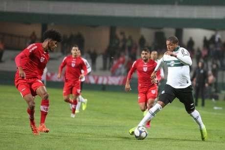 Equipe com melhor desempenho fora de casa na Série B do Campeonato Brasileiro, o CRB superou o Coritiba por 2 a 0 no Couto Pereira
