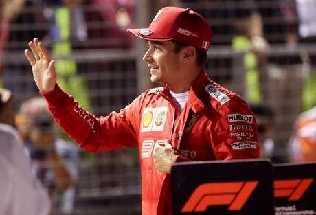 O piloto da Ferrari Charles Leclerc acena após conseguir a pole position para o Grande Prêjio de Cingapura. 21/9/2019    REUTERS/Feline Lim -