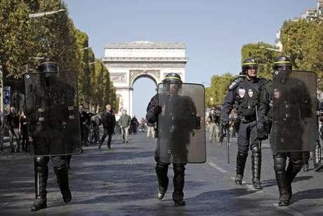 Polícia usa bombas de gás contra manifestantes em Paris