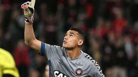 'É um goleiro seguro, discreto e joga muito bem com os pés', diz Tite sobre o camisa 1 do Furacão (Divulgação)