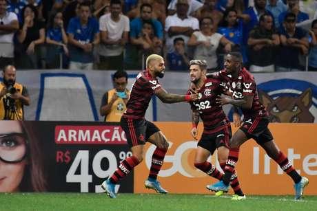Jogadores do Flamengo comemoram gol de Arrascaeta contra o Cruzeiro
