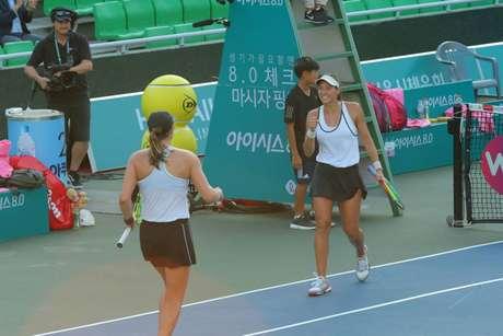 A paulista número 112 do mundo e a americana Hayley Carter superaram a dupla da brasileira Laura Pigossi e a chinesa Yafan Wang por 2 sets a 0 (Foto: Korea Open)