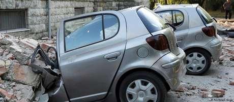 Queda de escombros destruiu veículos em Tirana