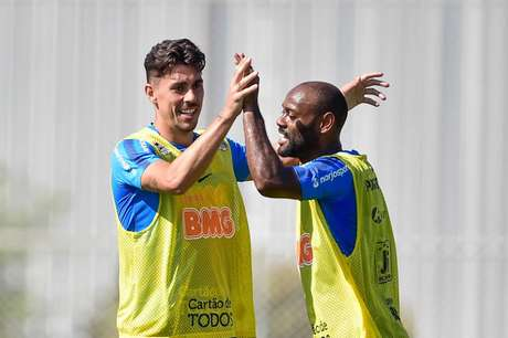 Danilo Avelar estava tratando a coxa esquerda durante a semana (Foto: Fernando Dantas/Gazeta Press)