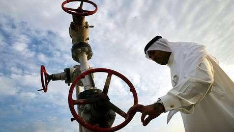 Com uma produção diária de 10 milhões de barris, a Aramco, empresa estatal controlada pela monarquia saudita, detém o título de maior petrolífera do mundo
