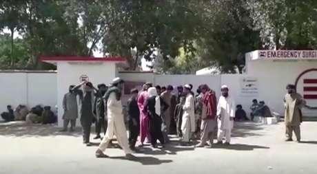 Familiares de vítimas atingidas durante festa de casamento esperam do lado de fora de um hospital em Helmand, no Afeganistão 23/09/2019 Reuters TV via REUTERS