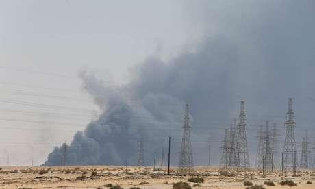 Fumaça gerada por incêndios em instalação petrolífera da Aramco em Abqaiq, Arábia Saudita REUTERS/Stringer