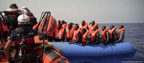 Refugiados são resgatados no Mar Mediterrâneo em setembro deste ano