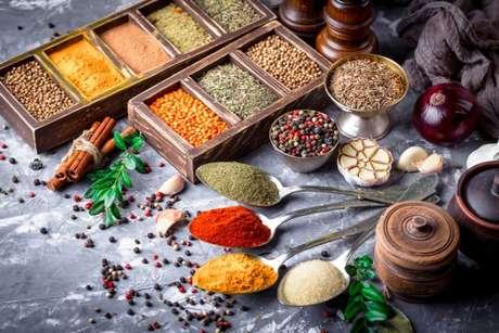 Ervas, frescas ou ressecadas, são a melhor opção para substituir o sal