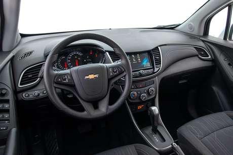 O volante ainda é o mesmo utilizado em carros não atualizados da Chevrolet.