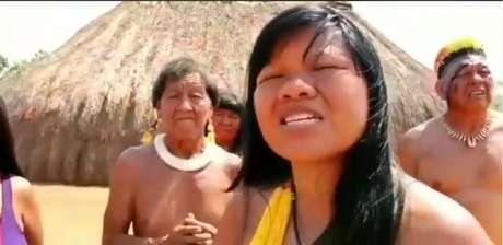 """A indígena Ysani Kalapalo gravou vídeo defendendo que queimadas eram """"fake news"""" contra governo. Gravação foi compartilhada por Bolsonaro."""
