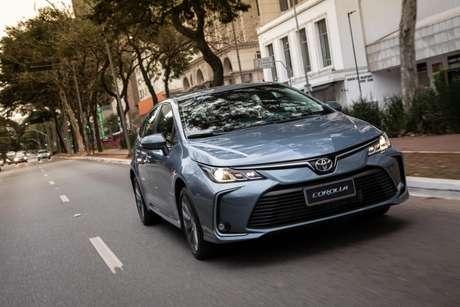 O Toyota Corolla continua disparado em primeiro lugar.