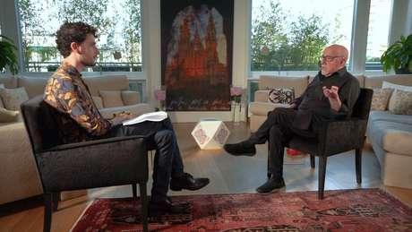 """""""Eu estava nu o tempo todo. Só com capuz. Tortura é uma violência total"""", diz Paulo Coelho à BBC News Brasil"""