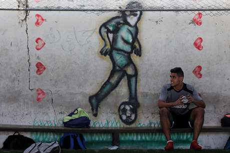 Um jogador palestino do Khadamat Rafah descansa após treino em Rafah, Gaza; 24/09/2019. REUTERS/Ibraheem Abu Mustafa