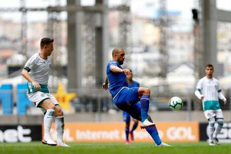 Fábio Sanches, no lado esquerdo da foto, será titular da zaga do Goiás nesta quarta (Foto: Felipe Oliveira/EC Bahia)