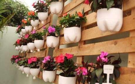 14. Vasos de flor feito com garrafasdecoradas.
