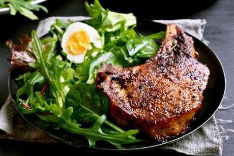 Você pode combinar a sua receita de bisteca com uma deliciosa salada verde