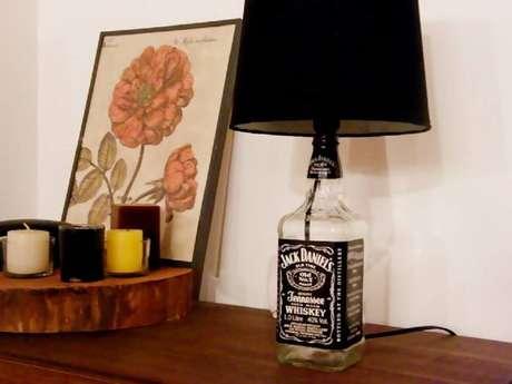 12. Decoração com abajur feito de garrafas decoradas da Jack Daniel's