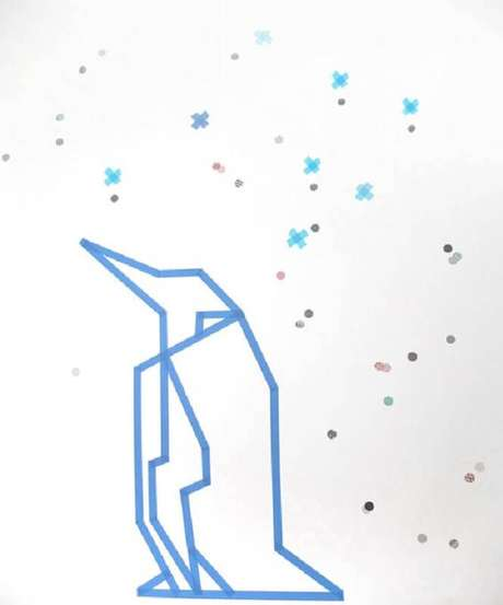 10. Decoração com fita isolante azul formando um pinguim – Foto: Design Rulz