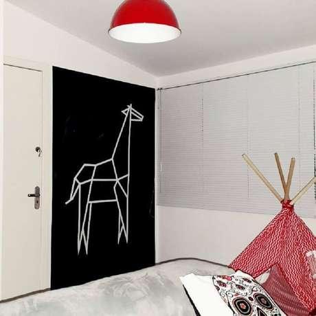 11. A parede preta também pode ser decorada com fita isolante colorida – Foto: Luiz S. Junior