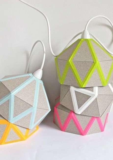 12. As luminárias artesanais ficaram super charmosas com a decoração com fita isolante colorida – Foto: Lamp Design Ideas