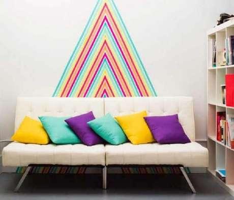 13. Decoração com fita isolante colorida para sala de estar com sofá sem braço – Foto: HomeMania