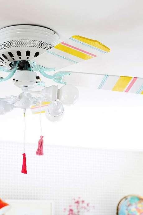 14. Decoração com fita isolante colorida para ventilador de teto branco – Foto: Apartment Therapy
