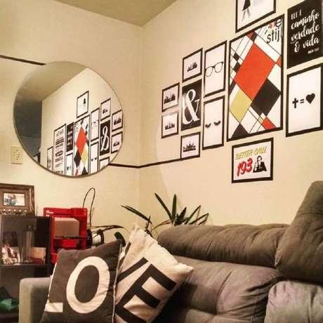 15. Sala de estar decorada com fita isolante preta formando molduras para quadros – Foto: Thalessa Maia Germanovix
