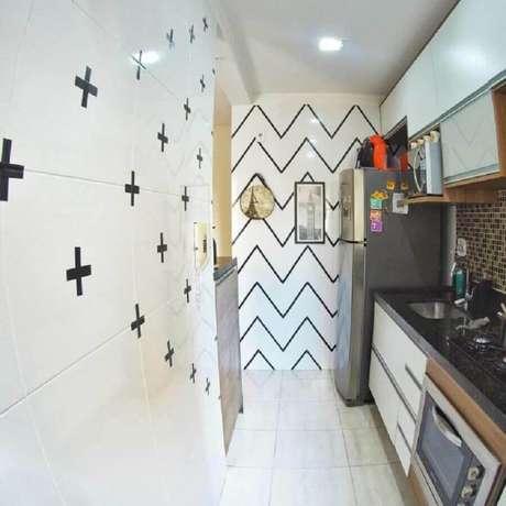 18. Decoração com fita isolante para cozinha pequena e simples – Foto: Apê do J&S