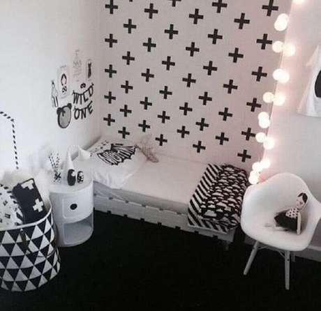 21. Decoração com fita isolante preta pra quarto preto e branco – Foto: Elo7