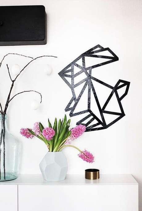 25. É possível criar muitas imagines com a decoração com fita isolante preta – Foto: Dolce Casa Studio