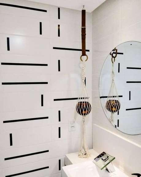 26. Decoração com fita isolante preta para azulejo de banheiro todo branco – Foto: Erikarketeta
