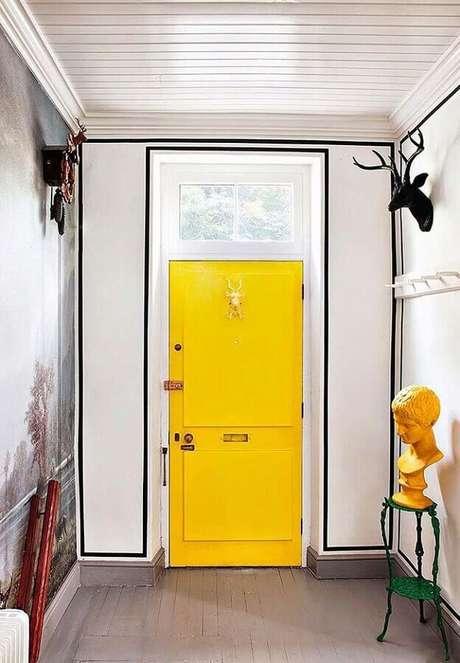 27. Decoração com fita isolante prata para hall de entrada com porta amarela – Foto: Pinosy